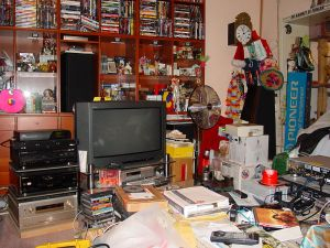 cluttered-living-room-153709